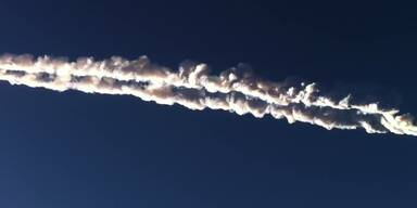 Meteorit zieht Aschespur quer über den Himmel