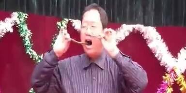 Irre: Chinese zieht sich Schlange durch die Nase