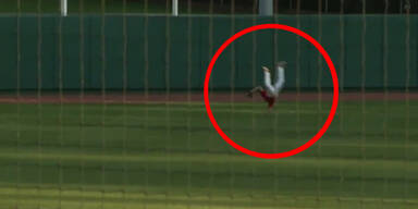 Baseballspieler fängt Ball mit Überschlag