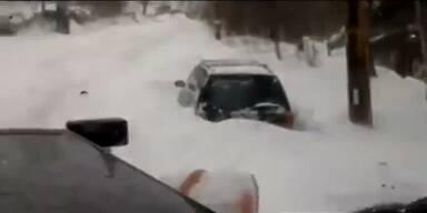 Witzbold verschüttet Autos mit Schneepflug