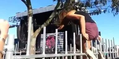 Peinlich: Frau entblößt sich an Festival-Zaun