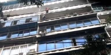 Packende Rettung: Kind hängt hilflos an Balkon