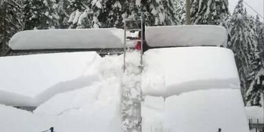 Ungewollt: Dach befreit sich selbst vom Schnee