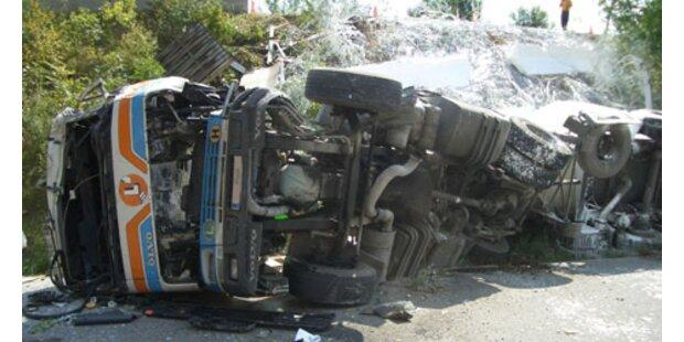 LKW stürzte von der Autobahnabfahrt