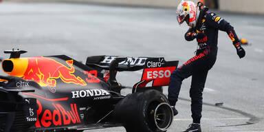 Red-Bull-Pilot Max Verstappen tritt gegen seinen geplatzten Hinterreifen