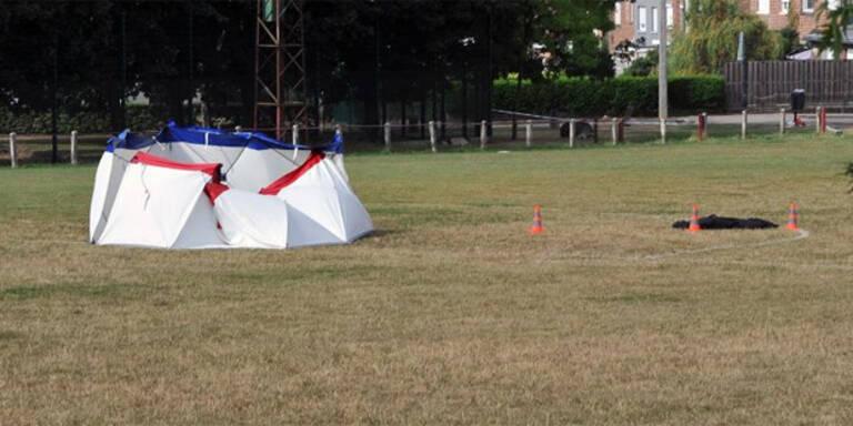Mann sprengte sich auf leerem Fußballfeld in die Luft