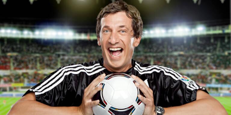 """Es wird gekickt, analysiert und gescherzt - in genau dieser Reihenfolge präsentieren sich ab Donnerstag, dem 21. Juni 2012, die Fußballabende in ORF eins. Im Anschluss an das jeweilige Spiel der Fußball-Europameisterschaft sowie der Spielanalyse übernimmt Viktor Gernot das Kommando und bittet, um ca. 23.10 Uhr, in seiner Fußball-Comedy """"Gernots Verlängerung"""" live und vor Publikum im ORF-Studio 1 zur etwas anderen Analyse. Fragen wie, wer hat die strammsten Wadeln und welcher Fußballer die dümmste Frisur gehören ebenso zum Programm wie auch das Nachstellen der besten Szenen."""