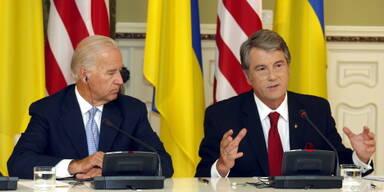 Viktor Juschtschenko neben Joe Biden (li.)