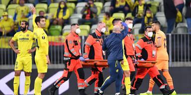 Villarreals Juan Foyth wird nach einem Zusammenprall im Europa League Finale behandelt