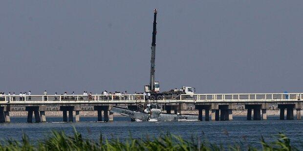 Wasserflugzeug prallt gegen Brücke: 5 Tote