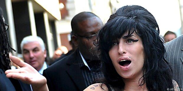 Amy Winehouse lallt uns ihren neuen Song