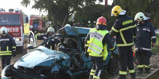 Auto kracht gegen Zug - Ein Toter