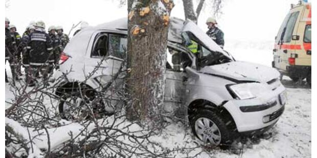 Frau krachte mit Pkw gegen Baum