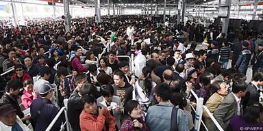 Zehntausende Menschen strömten auf das Gelände