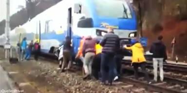 Zug muss durch Fahrgäste geschoben werden