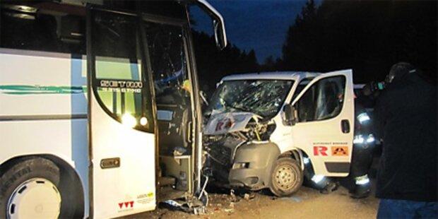 Kleintransporter rammt Bus in Tirol