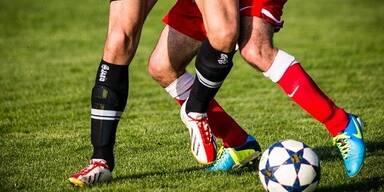 Fussballspielende Beine