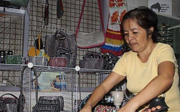 Müll-Schmuck aus Manila wird Mode-Hit