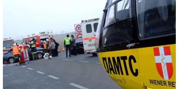 Beifahrer stirbt bei Crash gegen Geländer