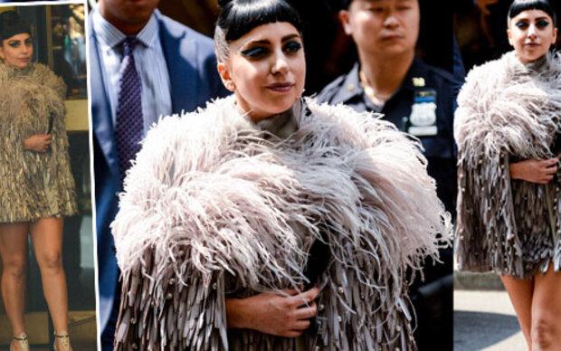 Lady Gaga verkleidet sich als Vogelstrauß