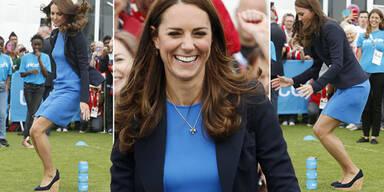 Herzogin Kate hüpft in Kleid & hohen Schuhen