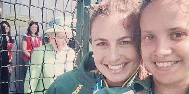 Queen Elizabeth photobombt Selfie