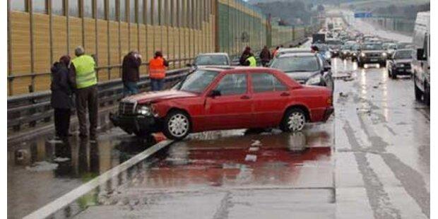 Serien-Crashs mit 9 Autos auf