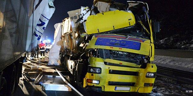 Gefahrengut-Lkw rast in Sattelzug