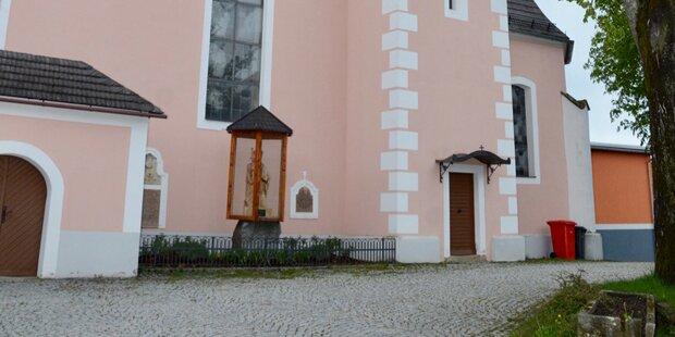 Totenschädel hing auf Kirchentür