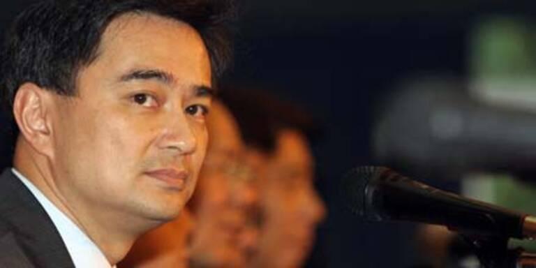 Premier Abhisit bleibt hartnäckig