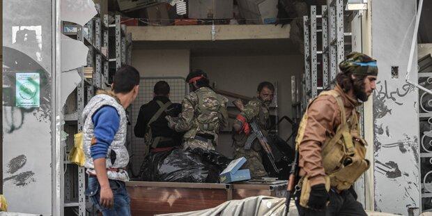 Protürkische Kämpfer plündern Geschäfte