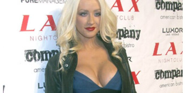 Aguilera will wegen Riesenbusen 2 Jahre stillen