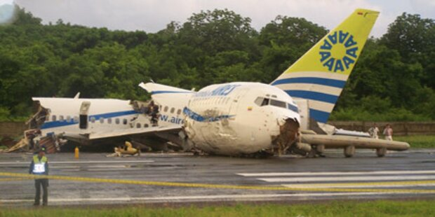 Blitz schlägt in Flugzeug ein - 1 Tote
