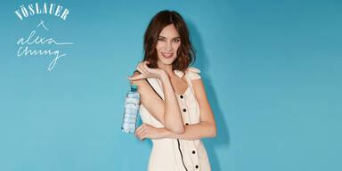 Alexa Chung mit Vöslauer Wasserflasche auf blauem Hintergrund