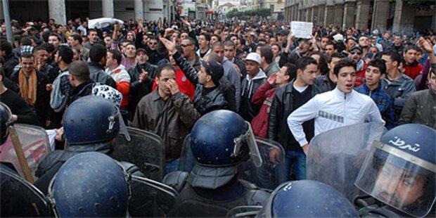 Algerische Polizei prügelt Demonstranten