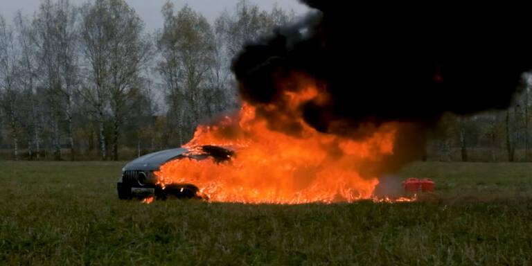 Verärgerter Kunde fackelt seinen 217.000-€-Mercedes ab