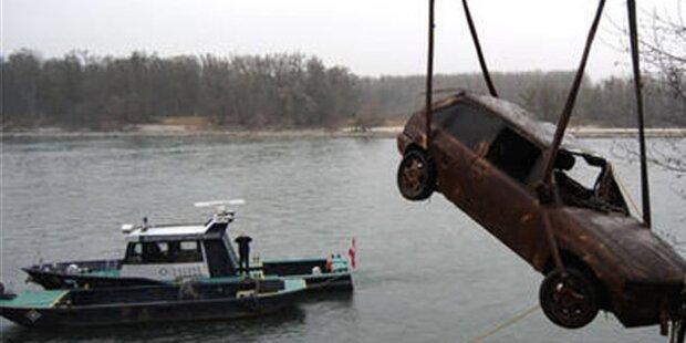 Feuerwehr zieht Pkw aus Donau