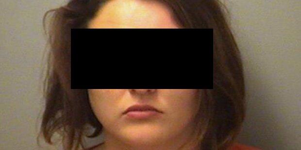 Eifersüchtige Frau rast mit Auto in Sex-Orgie