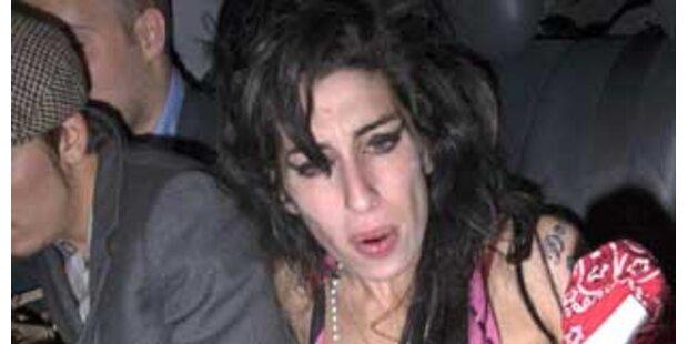 Von wegen Erholung! Amy feiert mit weißem Näschen