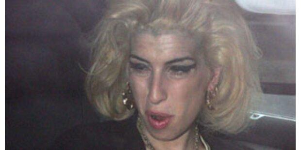 Amy Winehouse begibt sich in Drogenklinik