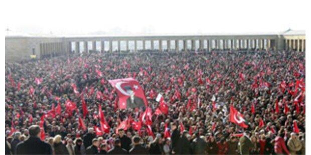 126.500 Menschen bei Demo gegen Kopftuch-Gesetz