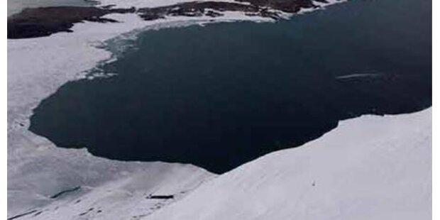 Eisbrecher sitzt im Eismeer fest