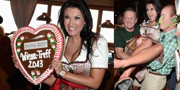 Antonia aus Tirol lässt sich auf Händen tragen