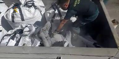 Migranten versteckten sich unter Glasscherben und giftiger Asche