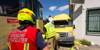 Post-Auto crasht mit Badner Bahn: Lenker schwer verletzt