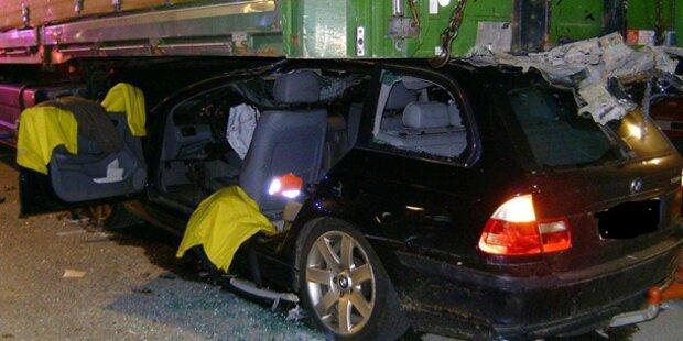 Totalschaden: Auto geriet unter LKW