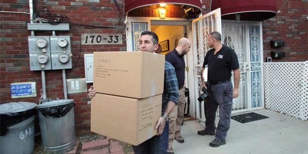FBI-Beamte leeren das Appartement des mutmaßlichen Terroristen in New York