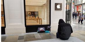 Apple-Fan kampiert vor neuem Shop in Wien
