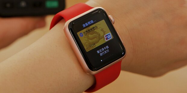 Mehr Smartwatches als Schweizer Uhren