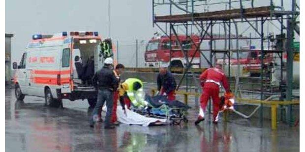 Mann stirbt beim Lkw-Beladen